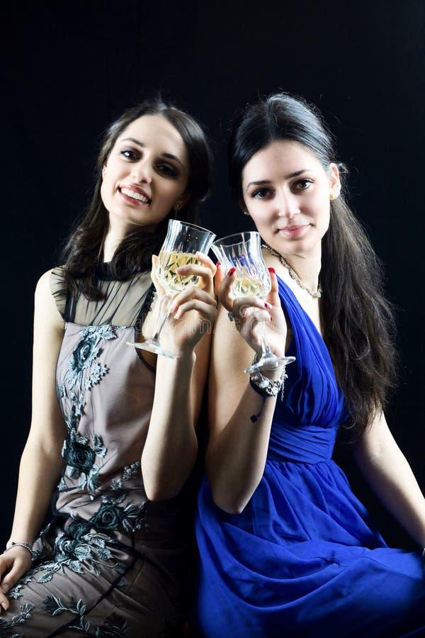 Красивая здравица девушки 2 совместно в дне ` s женщин стоковая фотография
