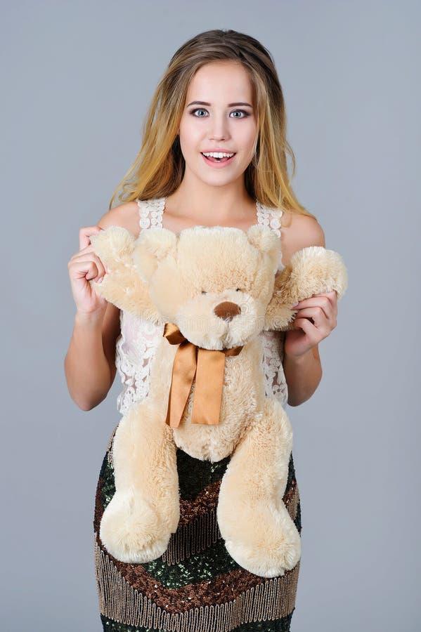 Красивая игрушка медведя удерживания женщины стоковая фотография
