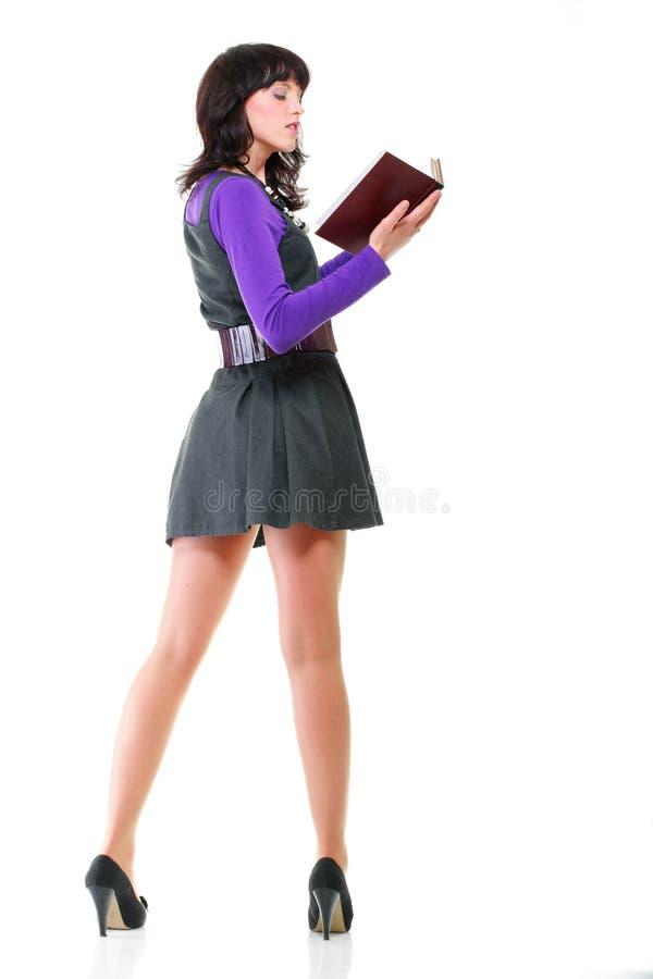 Download Красивая изолированная книга чтения молодой женщины Стоковое Изображение - изображение насчитывающей образование, мило: 33734537