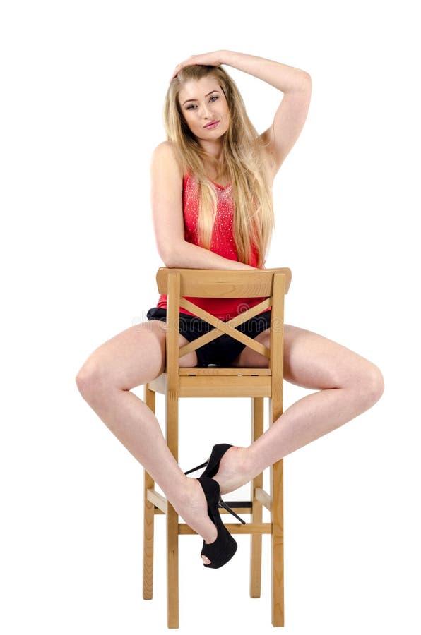 девушки в юбке сидят на стуле видел