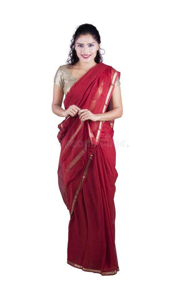 Красивая индийская женщина носит красное сари стоковые фотографии rf