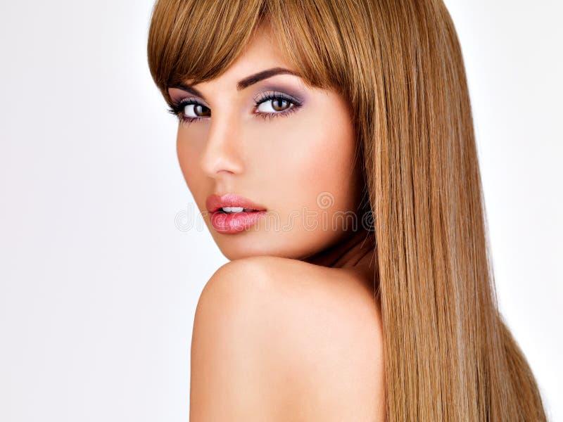 Красивая индийская женщина с длиной прямыми коричневыми волосами стоковые изображения rf