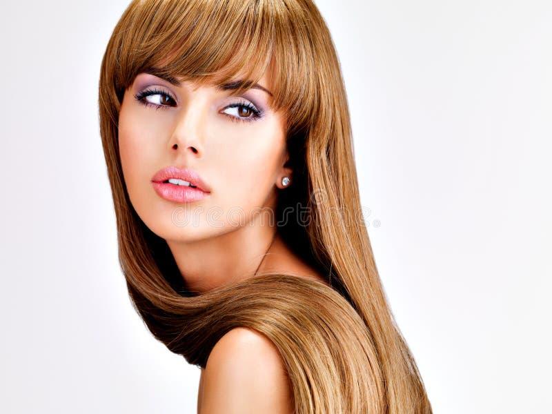 Красивая индийская женщина с длиной прямыми коричневыми волосами стоковое изображение