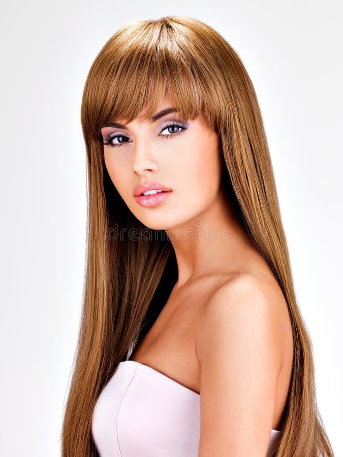 Красивая индийская женщина с длиной прямыми коричневыми волосами стоковая фотография