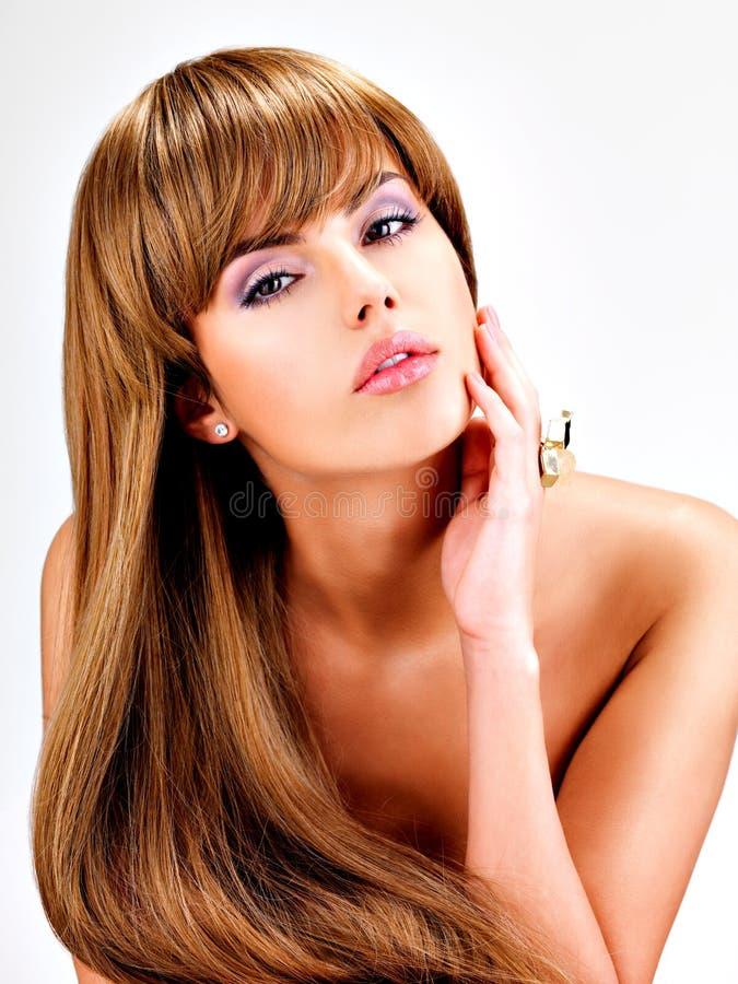 Красивая индийская женщина с длиной прямыми коричневыми волосами стоковые фотографии rf