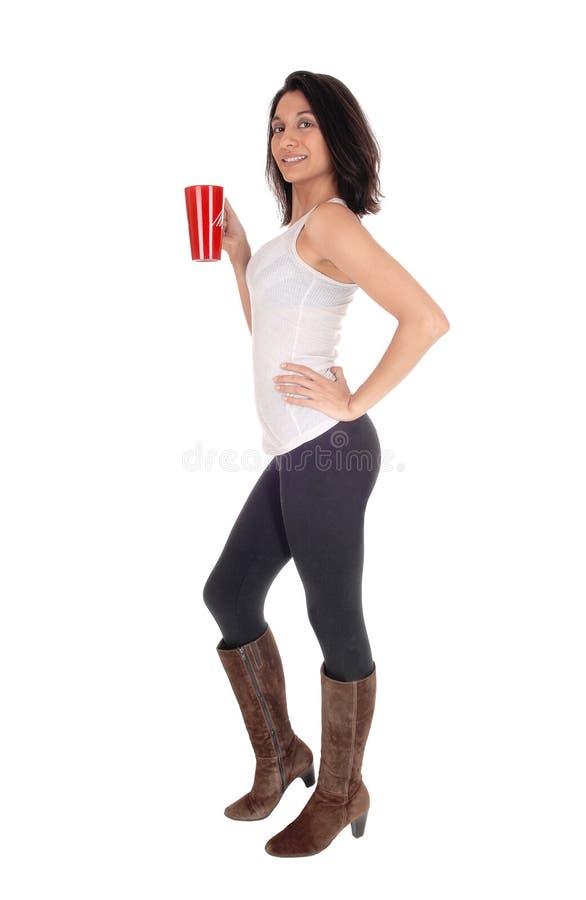 Красивая испанская женщина с красной кружкой кофе стоковое изображение