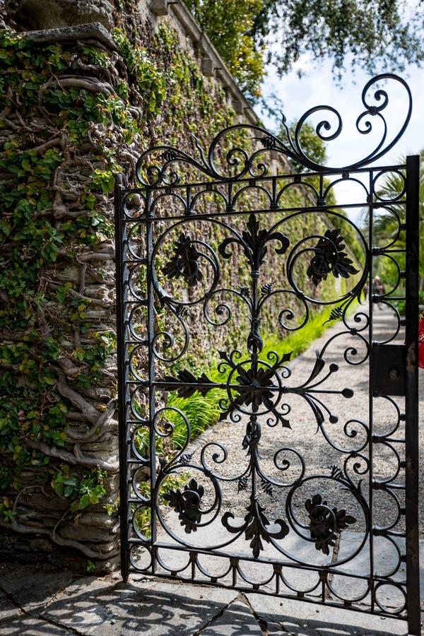 Красивая итальянская металлическая черная дверь сада стоковое изображение