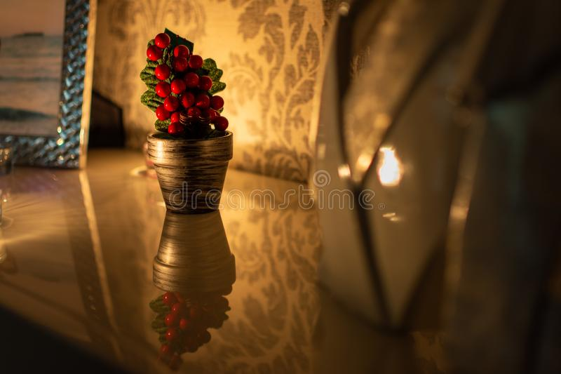 Красивая и небольшая рождественская елка на отражательной поверхности стоковые фото