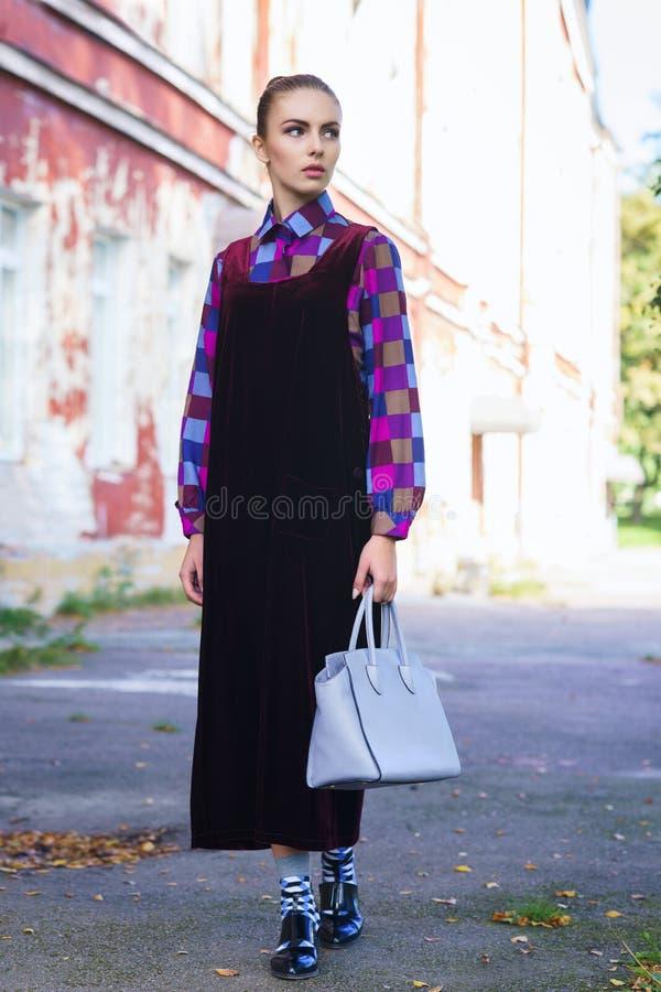 Красивая и довольно молодая девушка битника на улице стоковое изображение rf