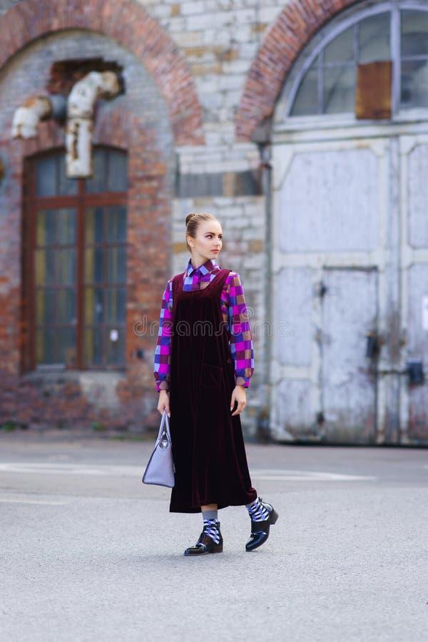 Красивая и довольно молодая девушка битника на улице стоковое фото rf