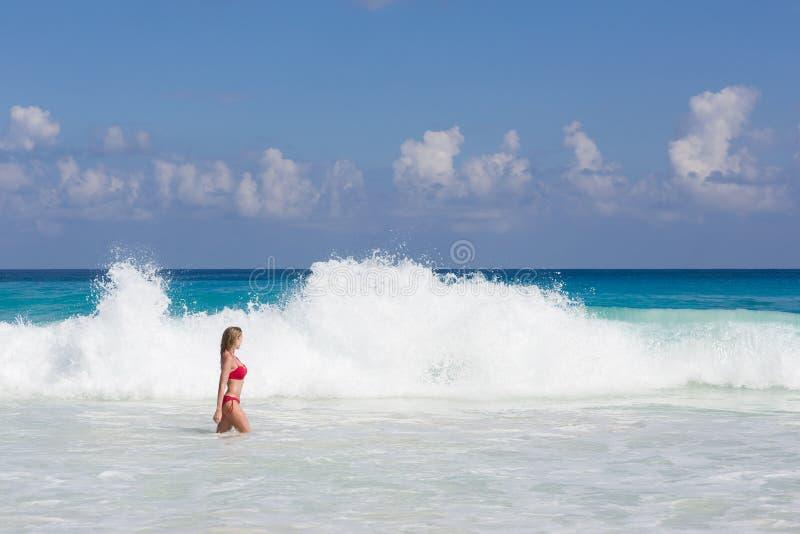 Красивая и сексуальная белокурая женщина в красном купальнике на тропическом пляже, Сейшельских островах стоковые изображения rf