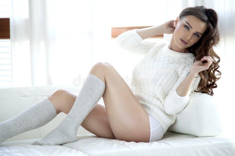 Download Красивая и сексуальная женщина в свитере Стоковое Изображение - изображение насчитывающей эротично, привлекательностей: 41650085