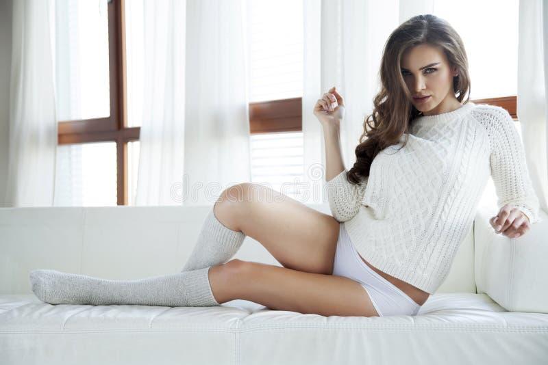 Download Красивая и сексуальная женщина в свитере Стоковое Фото - изображение насчитывающей головка, свеже: 41650092