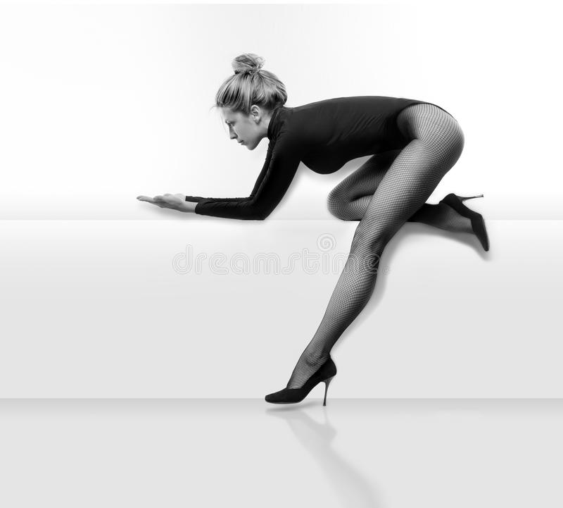 Красивая и сексуальная женщина в черных платье и чулке стоковые изображения rf