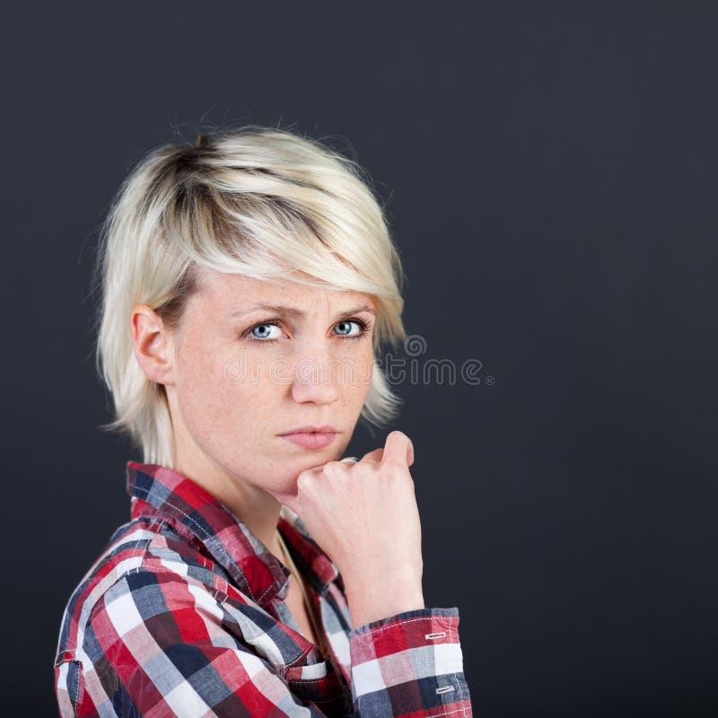 Красивая и серьезная белокурая женщина стоковая фотография rf