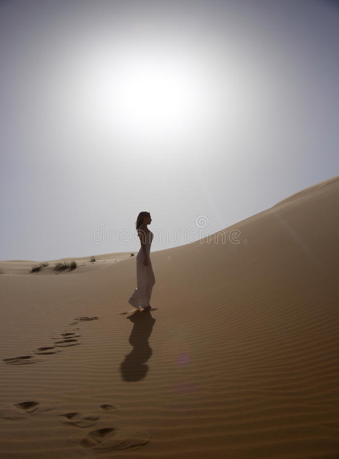 Красивая и тонкая женщина идет в пустыню стоковые изображения