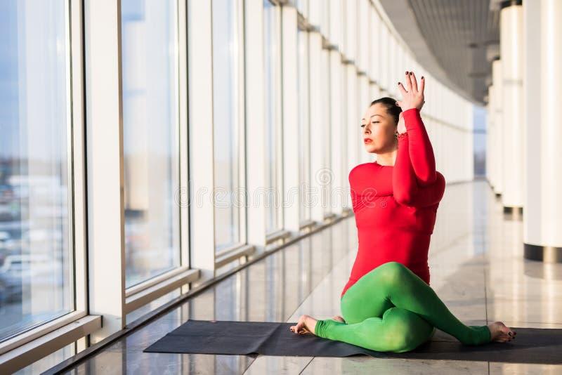 Красивая йога практики женщины йоги представляет на серой предпосылке стоковая фотография rf