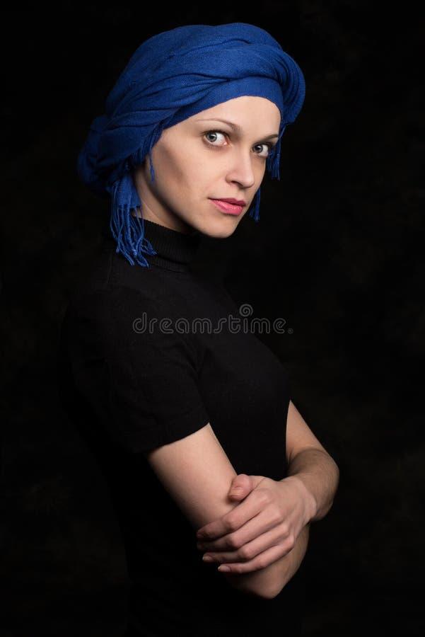 Красивая кавказская женщина нося головной платок стоковое фото rf