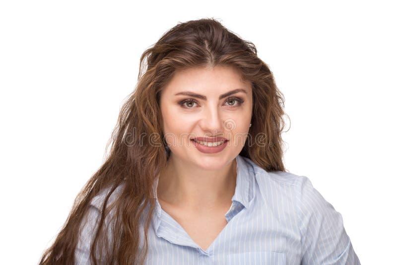 Красивая кавказская женщина со свободным вьющиеся волосы усмехаясь и смотря камеру стоковые изображения