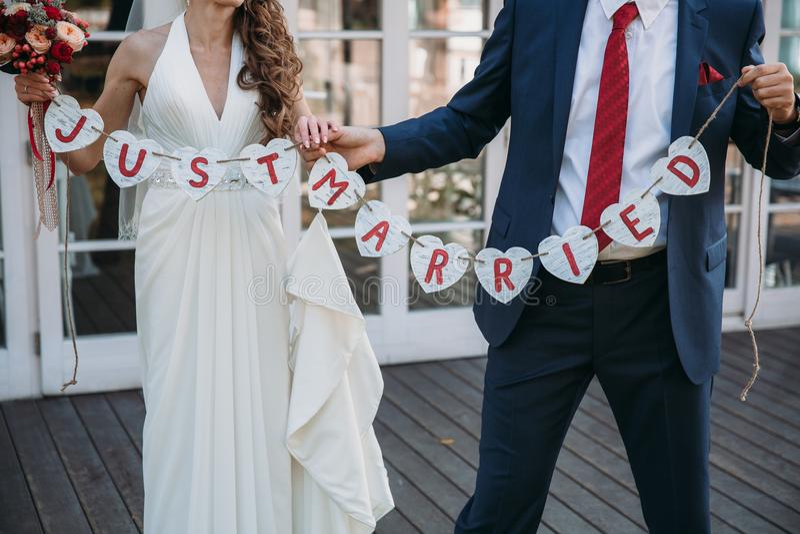 Красивая как раз пожененная надпись свадьбы Плакат красоты конца-вверх Аксессуары Bridal и groom Детали для замужества стоковая фотография rf