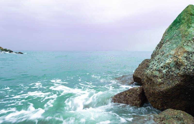 Красивая каменная стена на море стоковые изображения