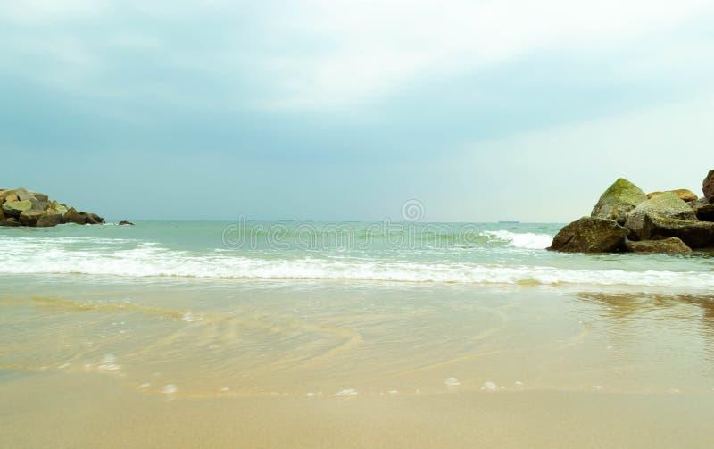 Красивая каменная стена на море стоковое изображение rf