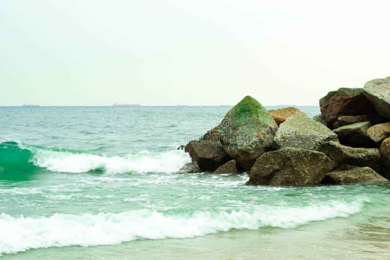 Красивая каменная стена на море стоковое фото