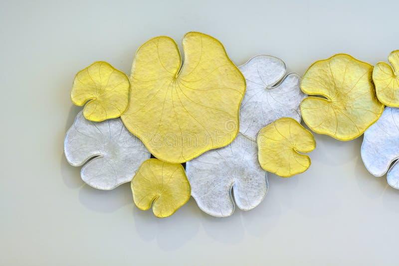 Красивая картина лист лотоса золота родного тайского оформления стиля стоковое изображение rf