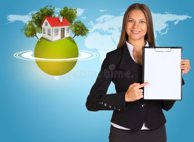 Красивая коммерсантка держа бумажный держатель стоковое изображение rf