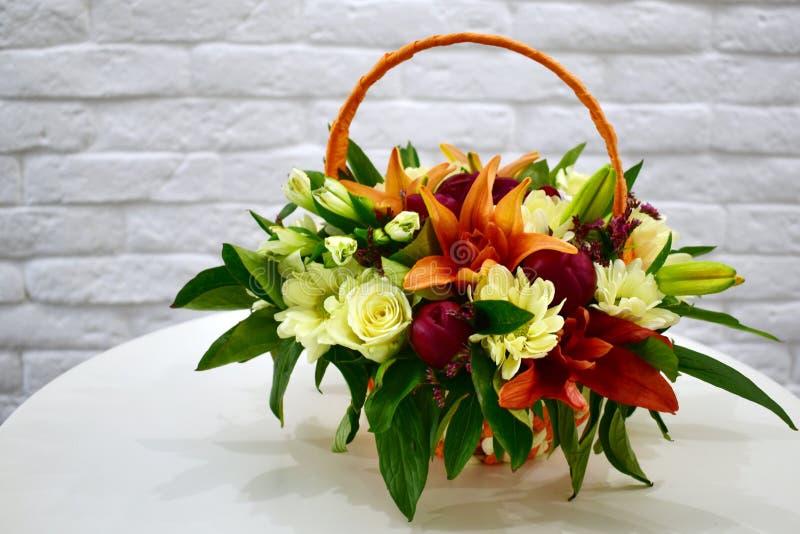 Красивая корзина цветка на таблице стоковое изображение rf