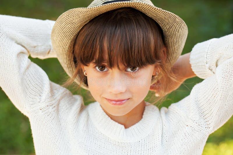Красивая коричнев-наблюданная девушка в стильной шляпе стоковые фотографии rf