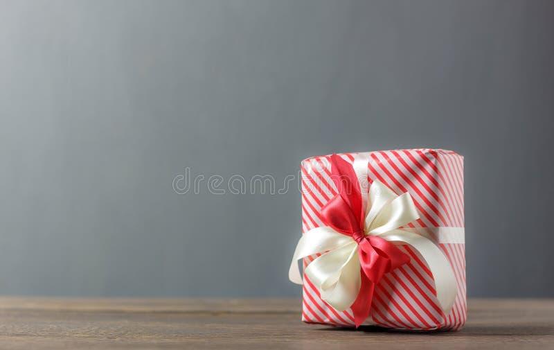 Красивая красная & белая подарочная коробка с орденской лентой стоковая фотография rf