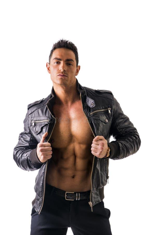 Красивая куртка молодого человека нося кожаная на нагом изолированном торсе, стоковые изображения rf