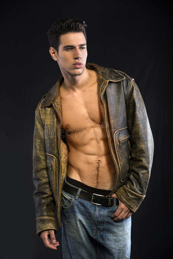 Красивая куртка молодого человека нося кожаная на нагом торсе стоковые фото