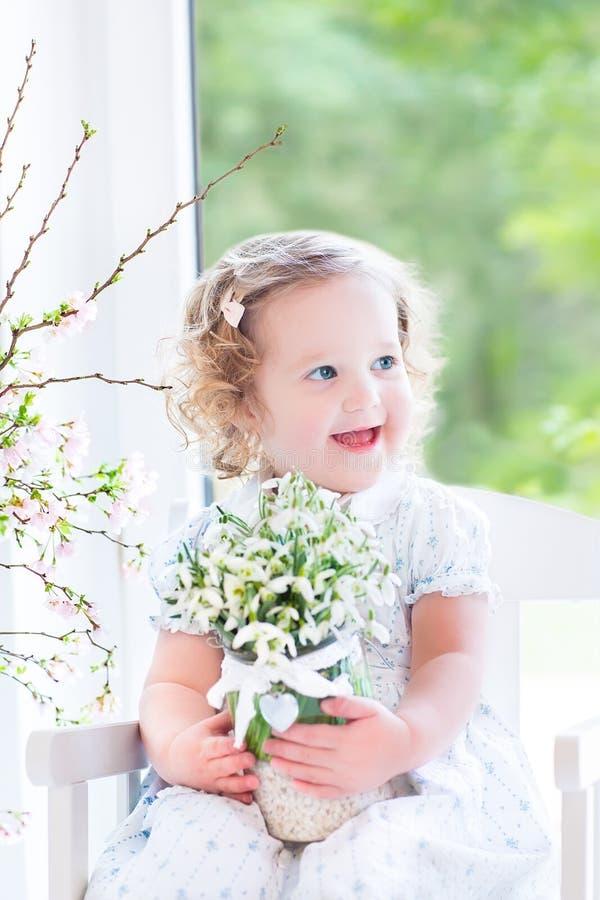 Download Красивая курчавая девушка малыша держа первую весну цветет Стоковое Изображение - изображение насчитывающей промахов, баптиста: 41657067