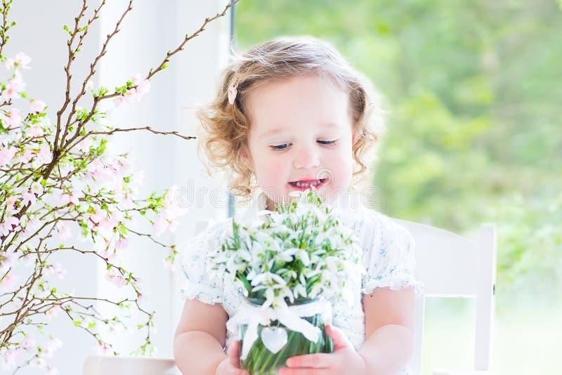 Download Красивая курчавая девушка малыша держа первую весну цветет Стоковое Изображение - изображение насчитывающей развилки, отпразднуйте: 41657081