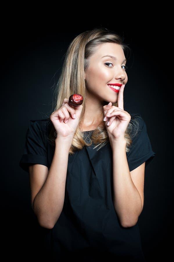 Красивая клубника дегустации молодой женщины стоковые фотографии rf