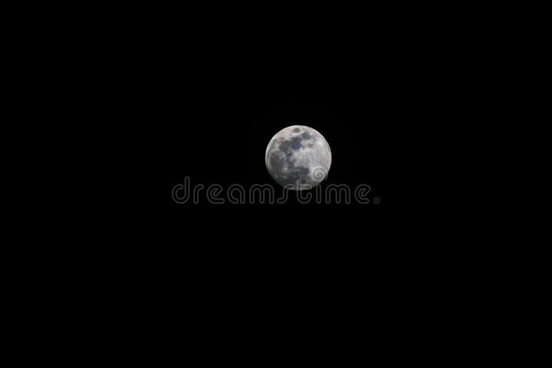 Красивая луна против фона темного ночного неба стоковое фото