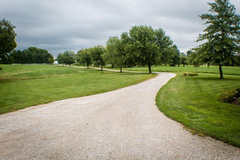 Красивая майна страны водя для того чтобы обрабатывать землю, на бурный летний день в Иллинойсе стоковая фотография rf
