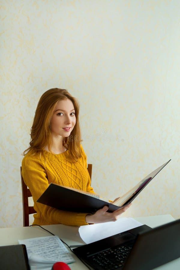 Красивая маленькая девочка в желтом свитере и красных волосах стоковое изображение rf
