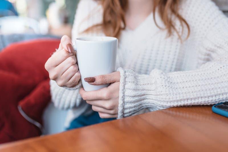Красивая маленькая девочка в на открытом воздухе кофе напитков кафа стоковые фотографии rf