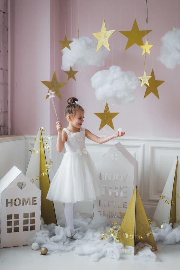 Красивая маленькая девочка в платье принцессы с длинными волосами стоковая фотография rf
