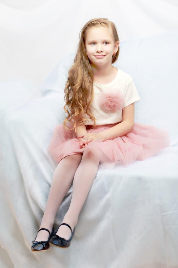 Красивая маленькая девочка 5-6 лет стоковое изображение rf