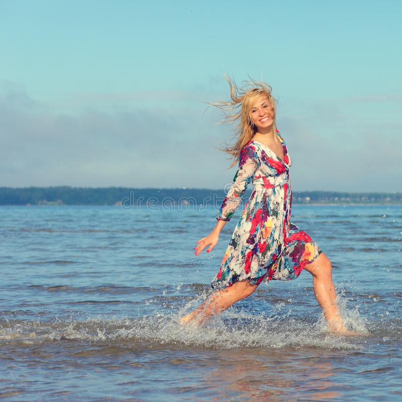 Красивая маленькая девочка на море стоковые изображения rf