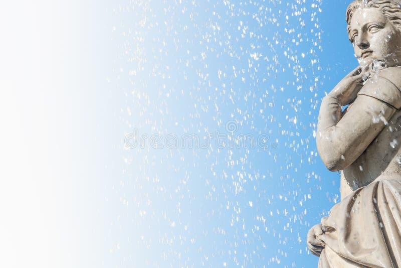 Красивая маленькая девочка под падениями воды как элемент государственной оперы стоковое фото rf