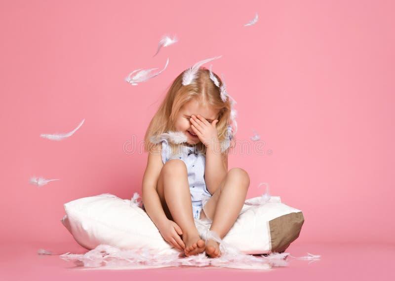 Красивая маленькая девочка сидя на подушке r стоковые изображения rf
