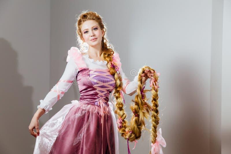 Красивая маленькая девочка с курчавым стилем причёсок Пышная принцесса в винтажном платье стоковые фотографии rf