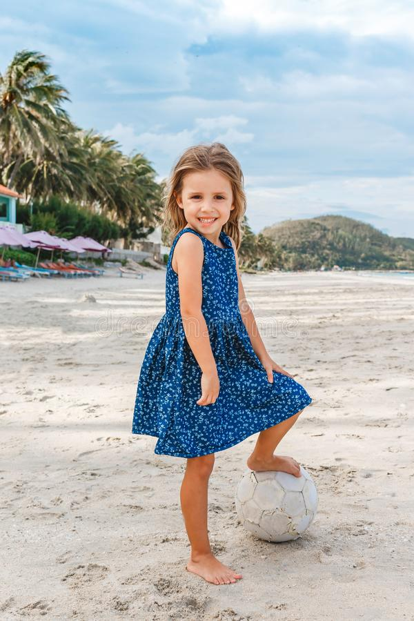 Красивая маленькая девочка с шариком на пляже стоковое фото