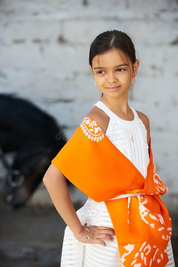 Красивая маленькая девочка с яркой улыбкой и красивые длинные волосы стоковое фото rf