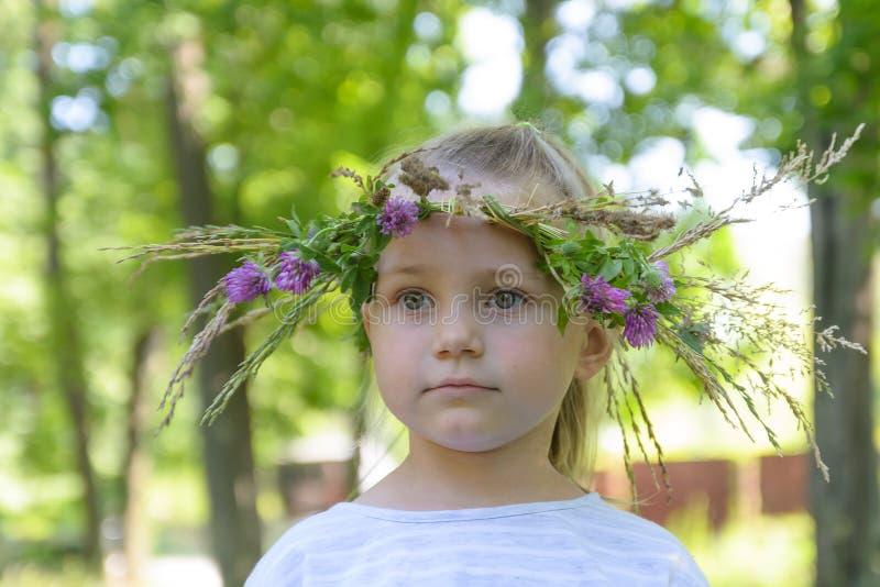 Красивая маленькая девочка с handmade венком на ее голове Конец-вверх стоковая фотография
